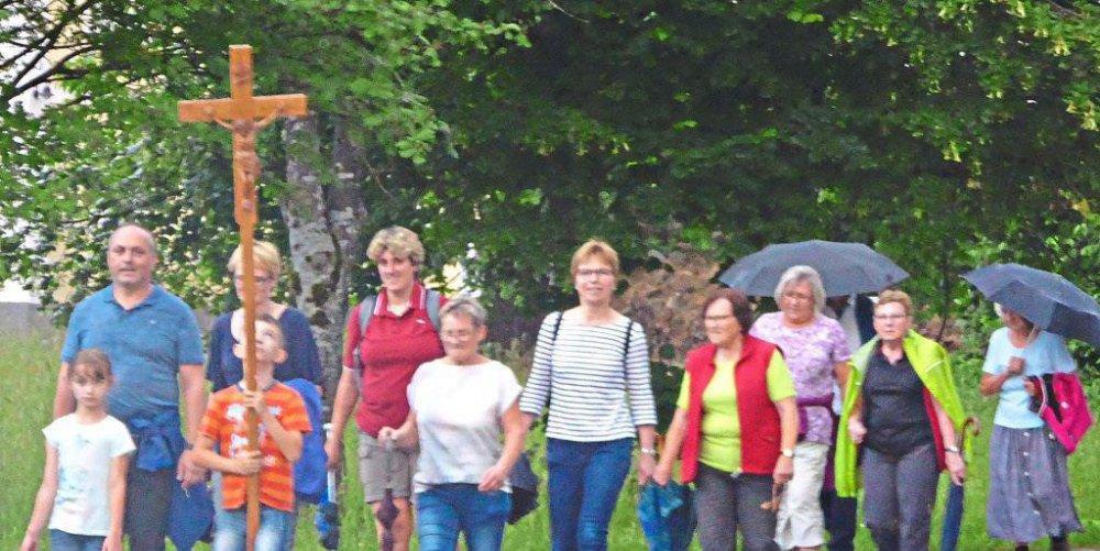 Die Pilger aus Zwiesel und Lindberg machten sich trotz des aufziehenden Gewitters auf den Weg nach Ludwigsthal.