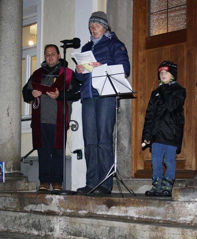 Steffi Godan sang Lieder beim Familiengottesdienst, begleitet von Sohn Arved mit der Flöte. Links Kaplan Marco Stangl.