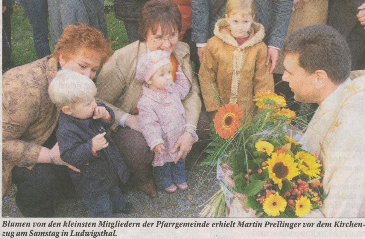 Felix, Selina und Julia begrüßen den neuen Pfarrer