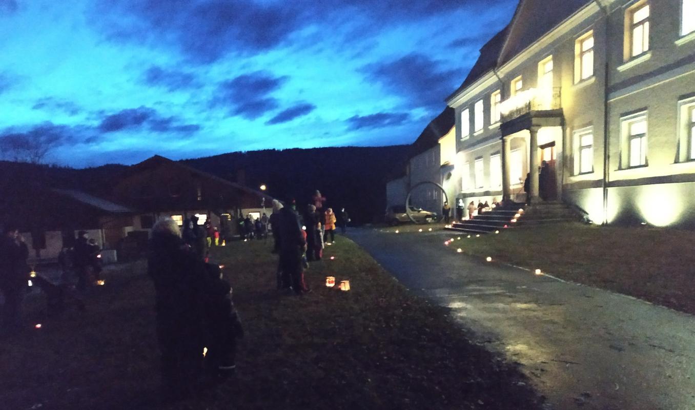 Das hell erleuchtete Ludwigsthaler Schloss hat den Gottesdienstbesuchern den Weg zur Lichterfeier am zweiten Adventssamstag gewiesen