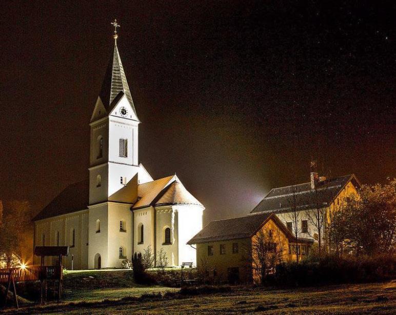 Sanierte Kirche strahlt auch abends