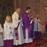 Pfarrer Prellinger überreicht Felix Kuchler die Urkunde des Bischofs