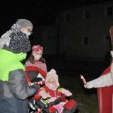 Der Nikolaus (Claudia Ganserer) überreichte kleine Geschenke. −Fotos: Menigat