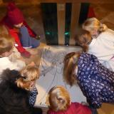 Die Kinder der Regenbogengruppe beim gestalten eines Engels