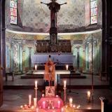 Die mit Kerzen erleuchtete Ludwigsthaler Pfarrkirche bot einen beeindruckenden Rahmen für das Taizé-Gebet.