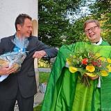 Corona-Gruß vor der Kirche: Bürgermeister Gerd Lorenz (Lindberg) freut sich auf den gemeinsamen Weg mit dem neuen Pfarrer Carl Christian Snethlage