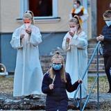 """Osterlichtfeier 2021: Die """"Jüngerinnen"""" Manuela Schröder und Alexandra Nausch entzündeten die Osterkerzen der Kinder mit der Flamme des Osterfeuers"""