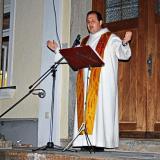 Osterlichtfeier 2021: Kaplan Marco Stangl segnete die Speisen, die die Menschen mitgebracht hatten.