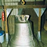 Am 25. April 1999 wird die fehlende dritte Glocke feierlich der Muttergottes geweiht.  Nach 57 Jahren ist der Dreiklang wieder zu hören.