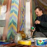 Kirchenmaler Jürgen Hollweck (Bild) und sein Kollege Armin Funk haben absolute Filigranarbeit zu verrichten